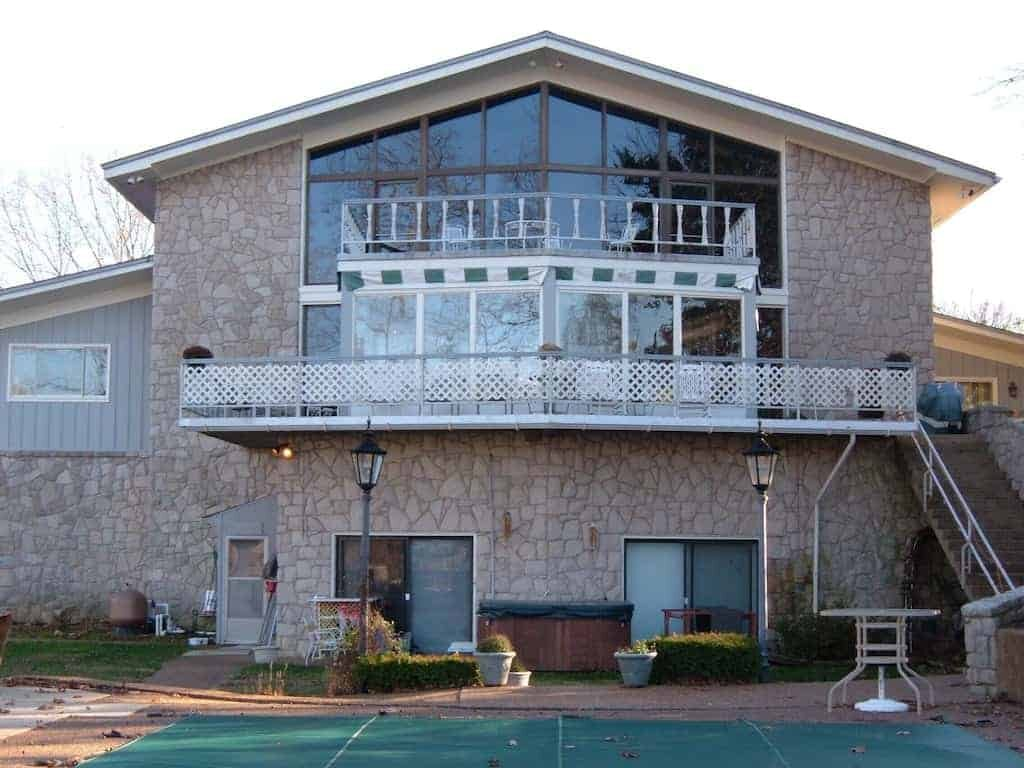 Nichol-Lodge-Front-View-Beautiful-Spacious-tennis-court_1.jpg